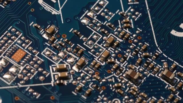 Cerrar-circuito-azul-computadora-Motherboard-componentes-eléctricos-Internet-(Ultra-alta-definición-UltraHD-UHD-4K)