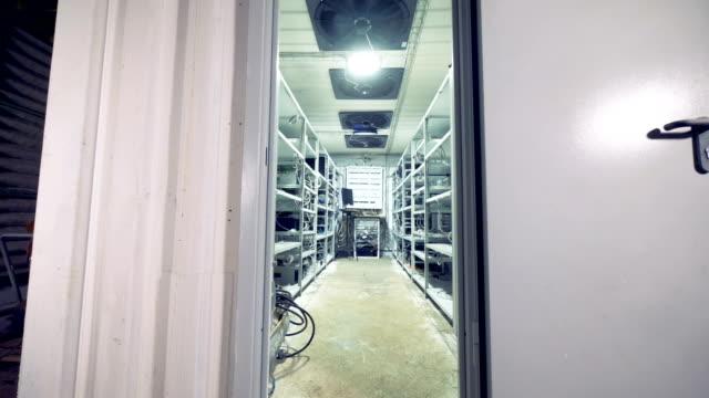 Entrada-a-una-plataforma-de-minería-equipado-con-sistema-de-enfriamiento-funcione