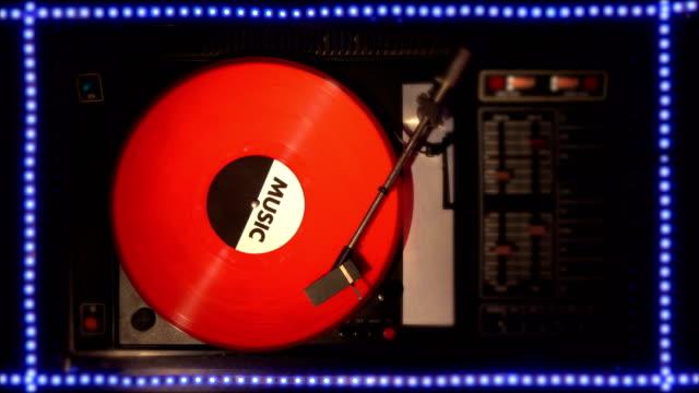 Disco-de-vinilo-en-el-pleer-Toca-una-canción-de-un-viejo-tocadiscos-