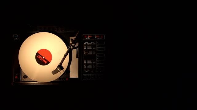 Un-plato-de-tocadiscos-con-su-lápiz-a-lo-largo-de-un-disco-de-vinilo