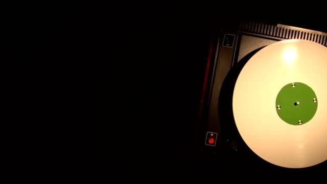 Vinyl-Record-Pleer-Song-aus-einem-alten-Plattenspieler-4k-Draufsicht-spielt-