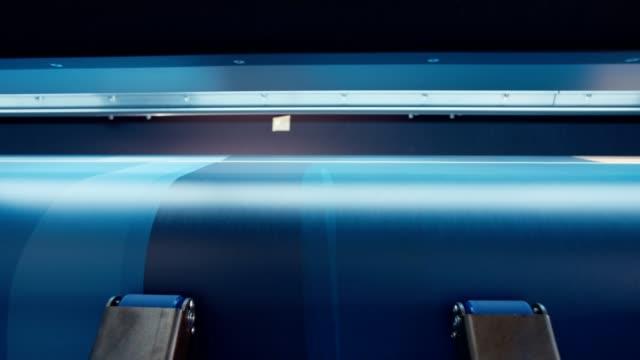 Impresora-de-gran-formato-impresión-sobre-un-rollo-de-papel-de-alta-velocidad