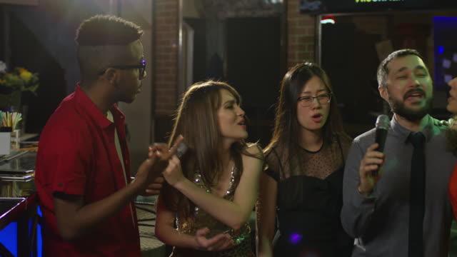 Amigos-que-se-divierten-en-el-Bar-de-Karaoke