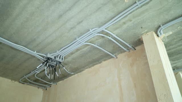 Instalación-eléctrica-de-tubos-de-plástico-de-la-electrificación-en-obra