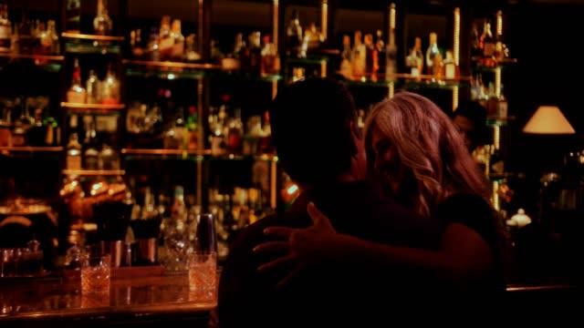Pareja-en-cita-romántica-sentado-en-la-barra-de-bar