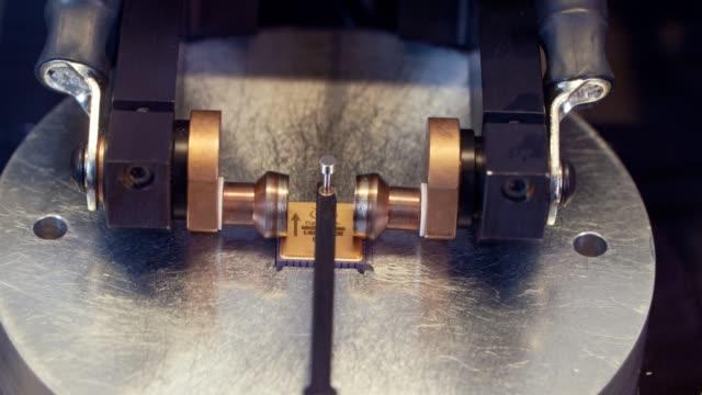 Procesamiento-de-microchip-por-una-máquina-de-soldadura-en-frío