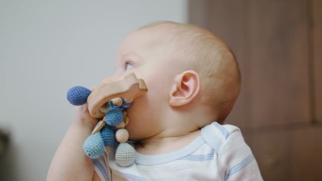 Cute-Baby-spielen-zu-Hause