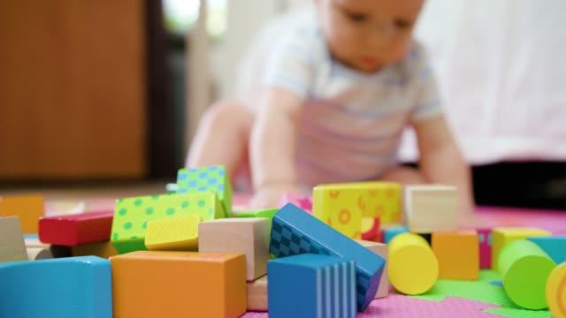Cute-Baby-Spielen-auf-dem-Boden-zu-Hause