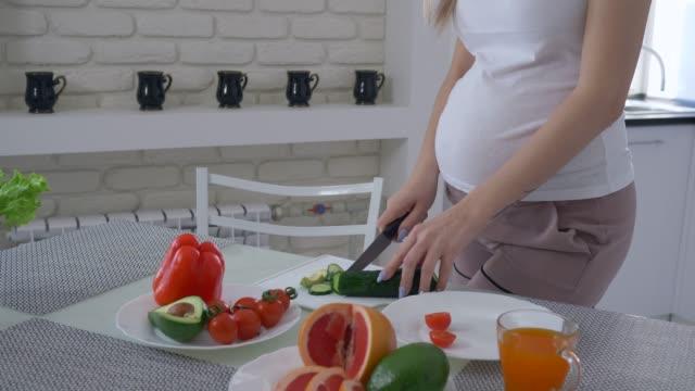 nutrición-de-mujeres-embarazadas-mujer-expectante-con-estómago-grande-cocina-comida-útil-para-brunch-sabroso-saludable-de-verduras-frescas