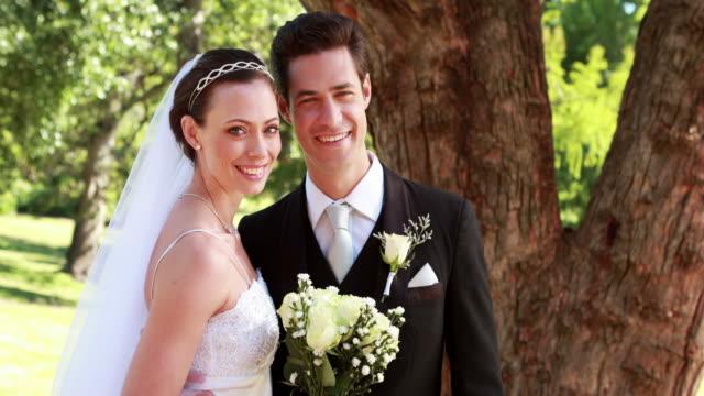 Glückliches-Paar-lächelnd-in-die-Kamera-