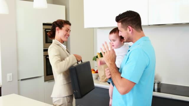 Madre-trabajadora-agitando-adiós-a-la-Asamblea-marido-y-bebé