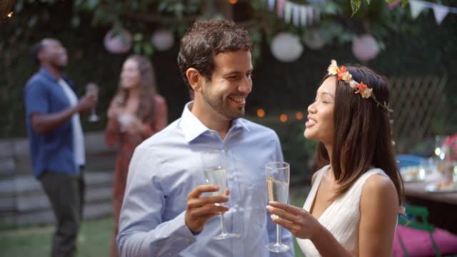 Pareja-joven-celebrando-boda-con-fiesta-en-el-patio-trasero