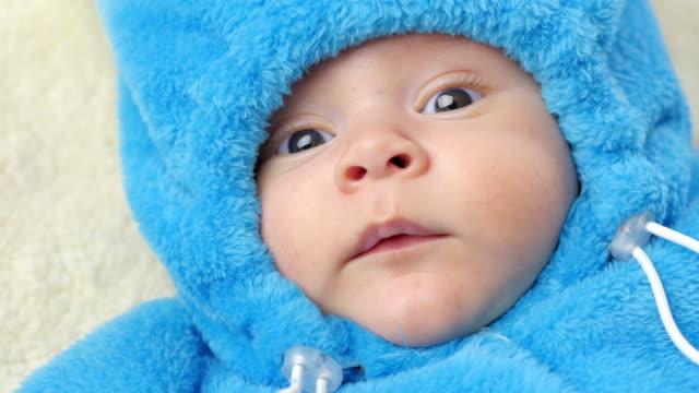 Chico-lindo-bebé-de-2-meses-de-edad-