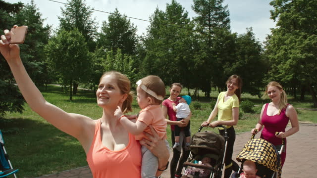 Sporty-Mothers-and-Babies-Selfie