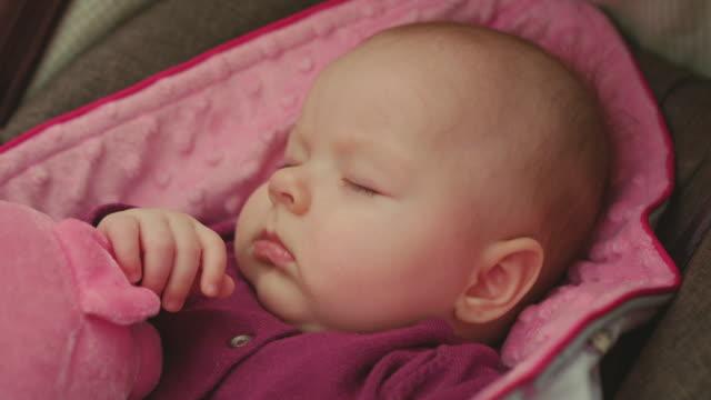 Friedliche-Baby-schläft-in-einem-Autositz