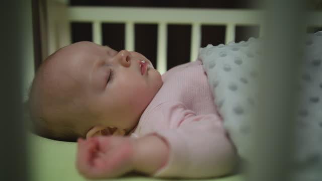 Seitenansicht-des-Schlafens-neugeborenes-Baby-Dolly-erschossen-hautnah