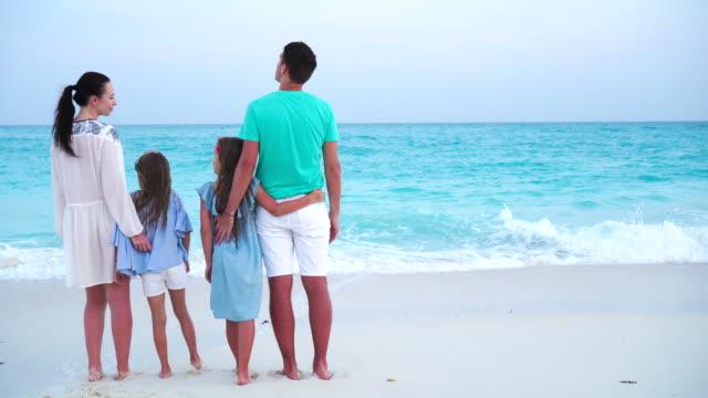 Familia-de-vacaciones-en-la-playa-Concepto-de-viaje-en-familia