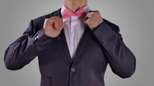 Manos-fijación-pajarita-rosa
