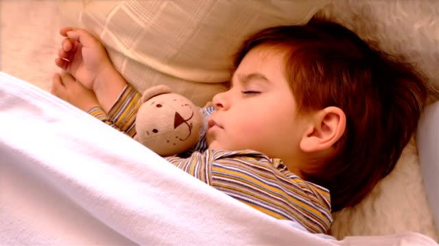Enge-Porträt-von-3-Jahre-alten-Jungen-schlafen-mit-Teddybär