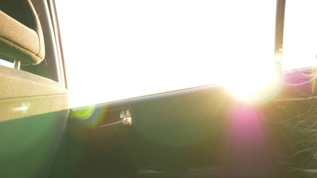 Niña-aburrida-en-el-coche-El-solar-flare-Puesta-de-sol-luz-en-la-ventana-de-los-coches-Fuerte-viento-revoloteando-pelos-