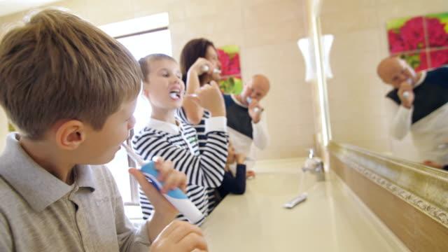 cepillarse-los-dientes-en-el-baño-de-la-familia