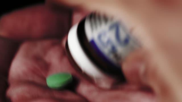 Píldoras-de-caer-en-una-palma-abierta-