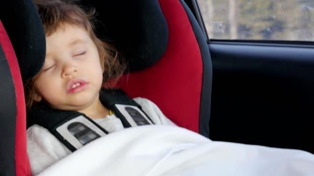 bebé-niño-durmiendo-en-el-asiento-mientras-se-conduce