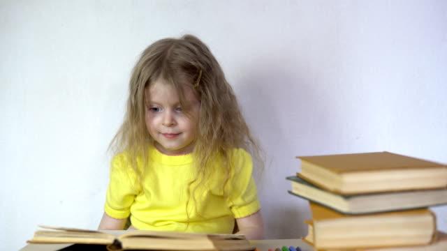 Niña-hermosa-linda-es-leer-el-libro-
