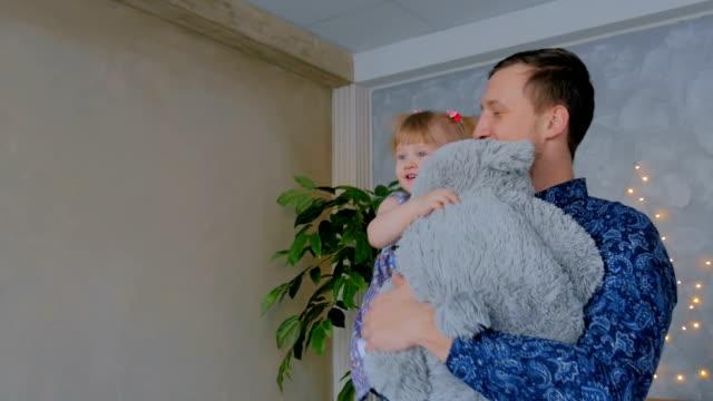 Retrato-de-niña-divertida-y-su-padre-en-casa
