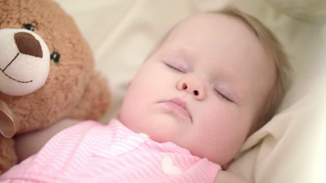 Entzückende-Baby-schlafend-im-Bett-Porträt-von-schlafen-Baby-mit-Spielzeug-Bär