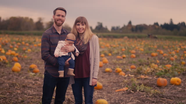 Portrait-of-a-family-at-a-pumpkin-patch