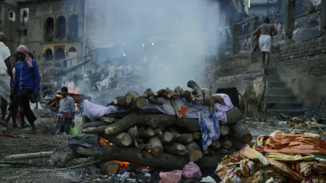 Cremacion-fuego-en-un-indio-Ghat-