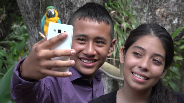 Amigos-tomando-autofoto-con-loro