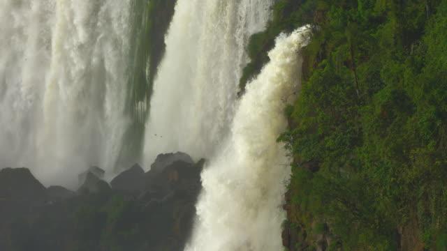 Iguazú-cascada-durante-el-desayuno-completo-en-el-verano-de-aves-primer-plano-tiro-al-revés-cataratas-de-las-más-grandes-del-mundo-Brasil-Argentina-Rojo-cámara-de-cine-de-vídeo