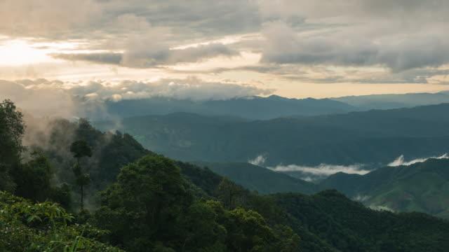 Amanecer-en-Tailandia-con-niebla-en-la-montaña