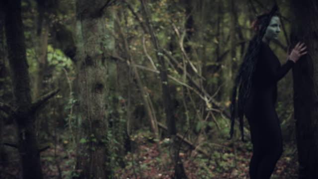 4k-Halloween-mujer-oscura-de-Angel-negro-alas-en-bosque-mirando-asustado