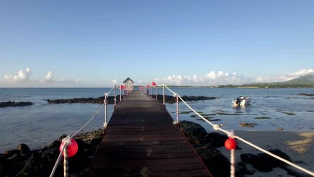 Vista-aérea-de-la-línea-de-la-costa-de-Isla-Mauricio-agua-baña-cámara-se-mueve-a-lo-largo-de-pera-en-mar-cielo