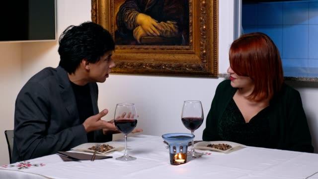 amantes-de-la-discusión-durante-la-cena-celos-ira-pelea