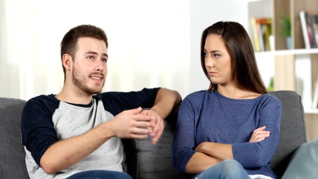 Langweilig-Mann-reden-und-Mädchen-die-ihn-zu-ignorieren