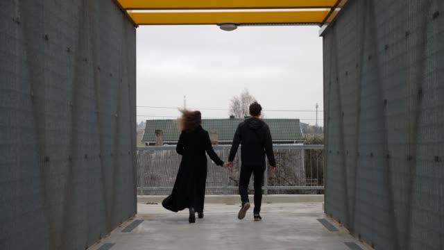 Paar-Hand-in-Hand-Trennung-zerbrechen-zu-Fuß-auf-verschiedenen-Seiten-Ende-der-Beziehung