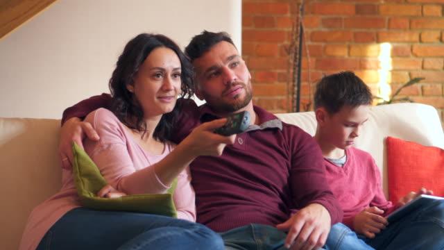 Pasar-tiempo-juntos-en-casa-de-familia