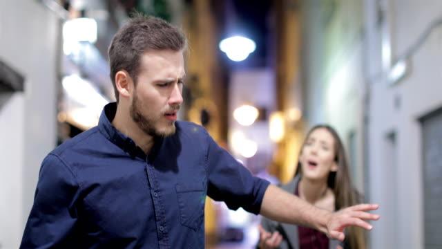 Pareja-ruptura-discutiendo-en-la-calle