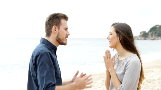 Couple-breaking-up-on-the-beach