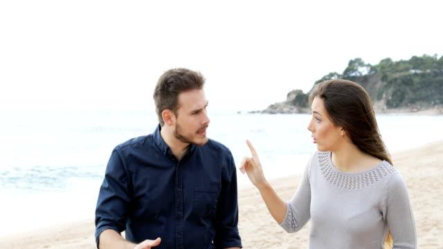 Pareja-o-amigos-discutiendo-sobre-la-playa