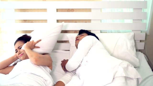 Mujer-no-puede-dormir-mientras-que-hombre-ronquidos