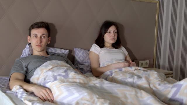 Dificultades-en-la-relación-Hombre-joven-y-mujer-jurar-en-la-cama