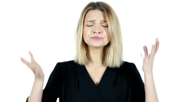 Gritando-enojada-joven-argumentando-fondo-blanco