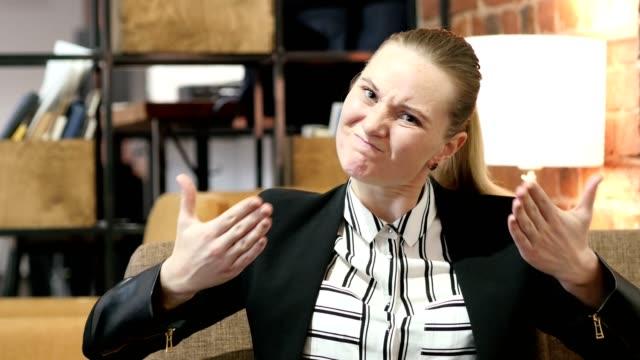 Mujer-de-negocios-de-gritar-enojado