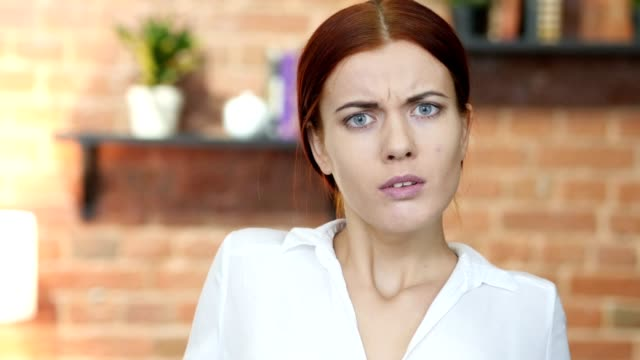 Retrato-de-mujer-gritar-enojado