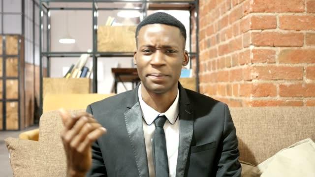 Gesto-de-hombre-de-negocios-negro-enojado-oficina